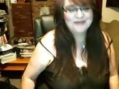 Fat mature slut fingers her gaping beaver